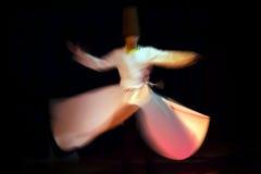 Танцор Sufi танцует с музыкой Sufi Стоковые Изображения RF
