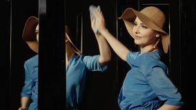 Танцуя женщина обтирает зеркало акции видеоматериалы