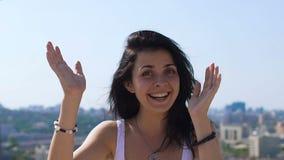 Танцуя женщина усмехаясь и наслаждаясь жизнью на предпосылке города, любов утехи счастья сток-видео