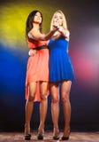 2 танцуя женщины в платьях Стоковые Фото