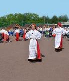Танцуя женщины в эстонских платьях Стоковые Фото