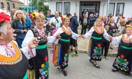 Танцуя зрелые женщины в национальных костюмах на играх Nestenar в Болгарии Стоковое Изображение RF