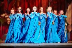 Танцуя коллектив в голубых костюмах на этапе Стоковые Изображения