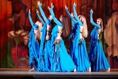Танцуя коллектив в голубых костюмах танцует на этапе Стоковая Фотография