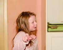 Танцуя малая девушка 5 лет Концепция смешного и детей Добавьте теплое влияние цветов Стоковые Фотографии RF