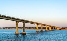 Танцуя мост через Волга в Волгограде, России стоковая фотография rf