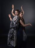 2 танцуя молодой женщины в национальном индийском костюме Стоковая Фотография