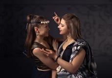 2 танцуя молодой женщины в национальном индийском костюме Стоковые Фото