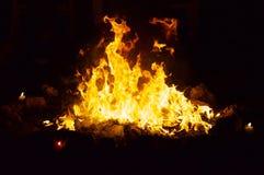 Танцуя огонь на ноче в каменном кольце Стоковая Фотография RF