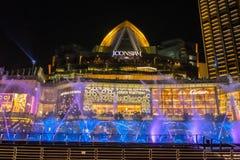 Танцуя фонтан на здании Таиланде ICONSIAM стоковые фотографии rf