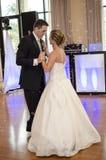 Танцулька невесты и Groom стоковое изображение