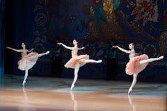 Танцы балерины артиста балета во время балета Corsar Стоковые Изображения RF