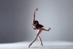 Танцы балерины в темноте Стоковое Изображение