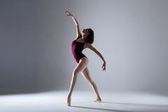 Танцы балерины в темноте Стоковые Фото