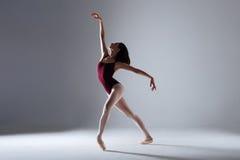 Танцы балерины в темноте Стоковая Фотография