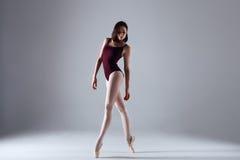 Танцы балерины в темноте Стоковое Изображение RF