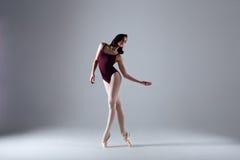 Танцы балерины в темноте Стоковые Изображения RF