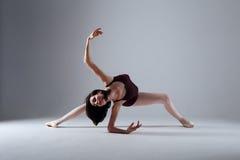 Танцы балерины в темноте Стоковые Изображения