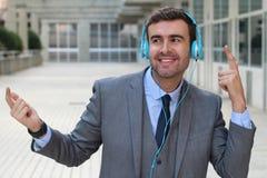 Танцы бизнесмена пока слушающ к музыке в размерах офиса Стоковые Изображения
