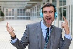 Танцы бизнесмена пока слушающ к музыке в размерах офиса Стоковое Изображение RF