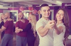 Танцы группы в клубе стоковое фото rf
