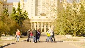 Танцы группы людей около государственного университета Москвы видеоматериал