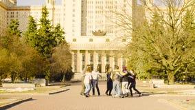 Танцы группы людей около государственного университета Москвы сток-видео