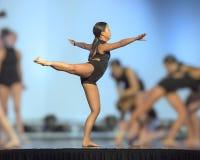 Танцы девочка-подростка Amerasian в представлении в Оклахомаа-Сити, Оклахоме Стоковые Фотографии RF