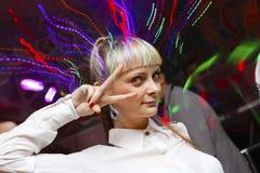 Танцы девушки на партии Стоковые Фотографии RF