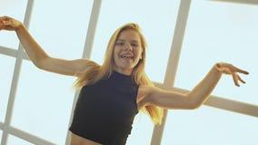 Танцы девочка-подростка красоты На фоне окна в форме клетки, кубов и квадратов радостное предназначенное для подростков видеоматериал