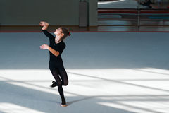 Танцы девушки в гимнастике залы звукомерной Стоковое Изображение RF