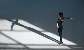 Танцы девушки в гимнастике залы звукомерной Стоковые Фотографии RF