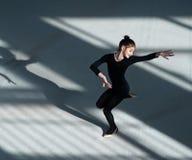 Танцы девушки в гимнастике залы звукомерной Стоковое фото RF