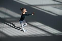 Танцы девушки в гимнастике залы звукомерной Стоковая Фотография