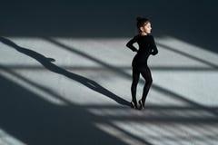 Танцы девушки в гимнастике залы звукомерной Стоковые Изображения RF