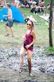 Танцы девушки в грязи на фестивале Ozora Стоковая Фотография