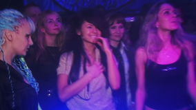 Танцы девушки в клубе на партии в свете видеоматериал