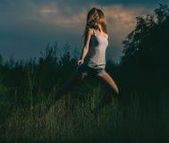 Танцы девушки в траве Стоковые Изображения RF