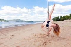 Танцы девушки на опоре в пляже лета Стоковое Фото