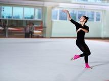 Танцы девушки на тренировке звукомерной гимнастики Стоковое Изображение
