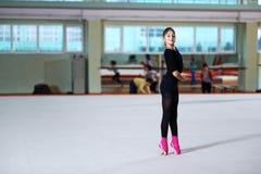 Танцы девушки на тренировке звукомерной гимнастики Стоковые Изображения