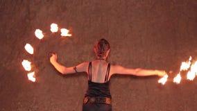 Танцы девушки с вентилятором огня видеоматериал