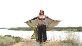 Танцы девушки с золотыми крылами сток-видео