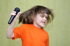 Танцы девушки с микрофоном в его руках Стоковые Изображения RF