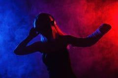 Танцы девушки с сломленными рукой и наушниками Стоковые Фото