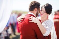 Танцы жениха и невеста на свадебной церемонии на предпосылке свода Стиль украшения цвета Marsala Стоковая Фотография RF