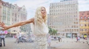 Танцы женщины в дожде стоковая фотография rf