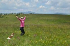 Танцы женщины в поле Стоковая Фотография RF