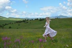 Танцы женщины на горе Zlatibor Стоковое Изображение