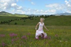 Танцы женщины на горе Zlatibor Стоковая Фотография RF